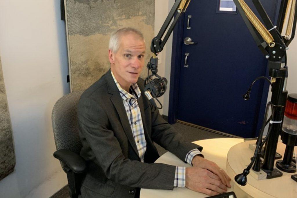 François Beauregard, un homme aux cheveux gris courts, est assis devant le micro dans le studio de Canal M